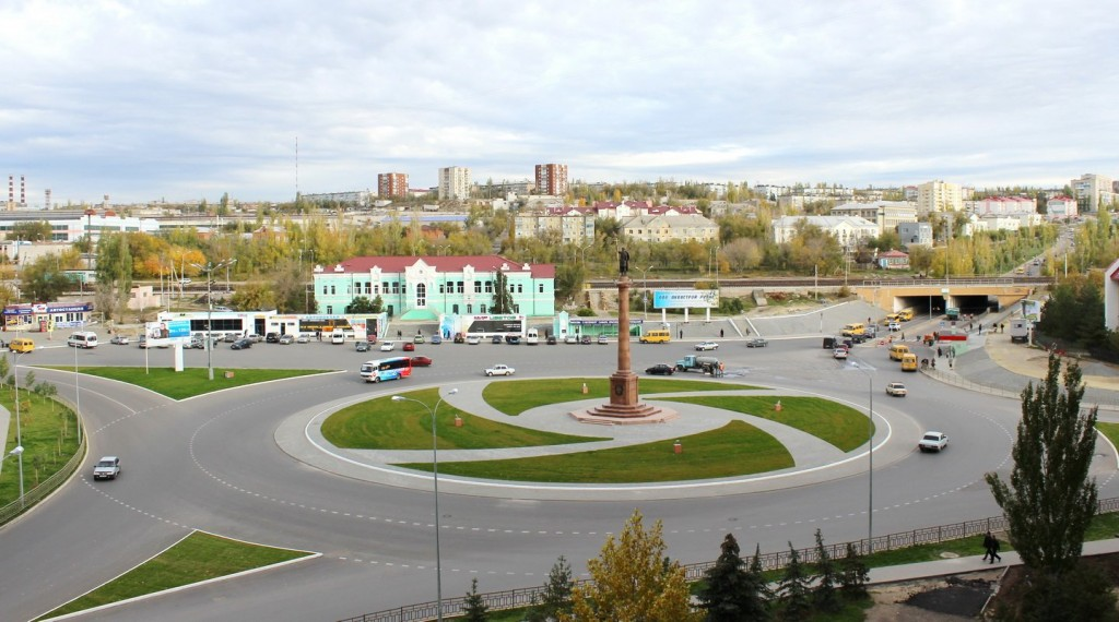 Вид на площадь с памятником покровителю Камышина - святому Димитрию Донскому
